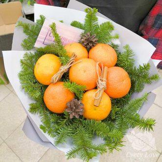 Зимний букет из 7 мандаринов, хвои и шишек