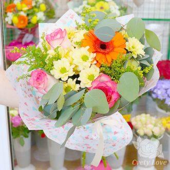 Букет из 3 роз Джумилия, хризантем и гербера