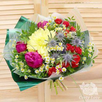Букет из пионов, роз и ромашек