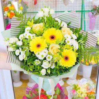 Букет из желтых гербер, роз и белых хризантем