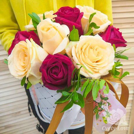 Красные и желтые розы в шляпной коробке