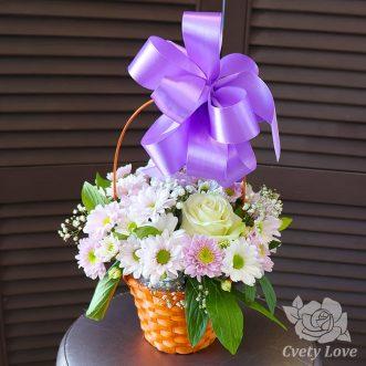 Белая роза и кустовые хризантемы в корзине