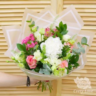 Букет из белой гортензии, роз и эустом