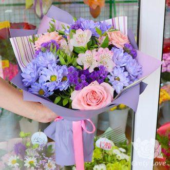 Букет из кустовых хризантем, роз и статицы
