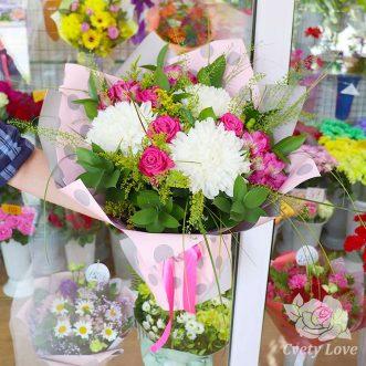 Букет из розовых роз, альстромерий и хризантем