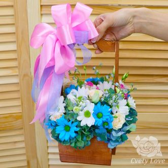 Гортензия, хризантемы и розы в ящике
