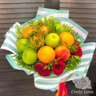 Букет из фруктов и российских роз