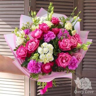 Букет из розовых роз, гвоздик и эустом