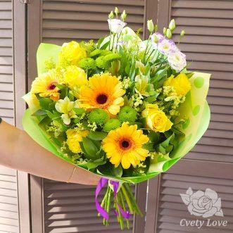 Букет из желтых гербер, роз и зеленых хризантем