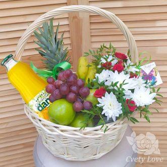 Хризантемы, розы и фрукты в плетеной корзине