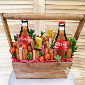 Колбасы и напитки в деревянном ящике
