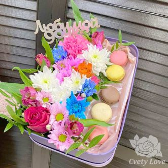 Макаруны и хризантемы в коробке для дочки